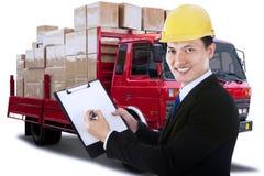 Męski pracownik z schowkiem i logistycznie ciężarówką Fotografia Royalty Free