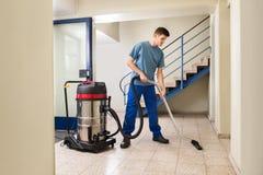 Męski pracownika Cleaning Z Próżniowym Cleaner Obraz Stock