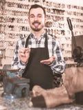 Męski pracownika seansu klucz zrobił w remontowym warsztacie Zdjęcie Royalty Free
