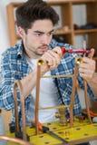 Męski praktykanta hydraulika studiowania pipework zdjęcia royalty free