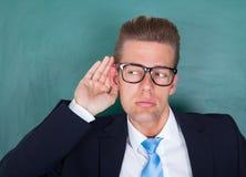 Męski profesor próbuje słuchać zdjęcia stock