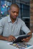 Męski projektant grafik komputerowych używa cyfrową pastylkę Zdjęcie Stock