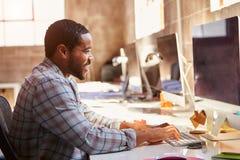 Męski projektant Pracuje Przy biurkiem W Nowożytnym biurze Zdjęcie Royalty Free