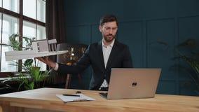 Męski projektant w biurowym działaniu na laptopie z modela domem zdjęcie wideo
