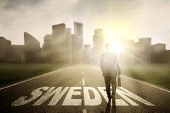 Męski przedsiębiorca na drodze z Szwecja słowem Zdjęcia Stock