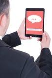 Męski przedsiębiorca używa cyfrowego touchpad dla komunikaci obrazy royalty free