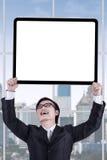 Męski przedsiębiorca z signboard w biurze Obraz Royalty Free