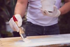 Męski ręka obraz na drewnianej desce Zdjęcia Stock