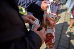 Męski ręka wp8lywy pieniądze od portfla zakończenia zdjęcia royalty free