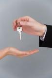 Męski ręki mienia klucz i wręczać mię kobiety Obrazy Royalty Free