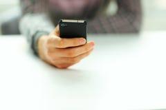 Męski ręki mienia smartphone Obrazy Stock