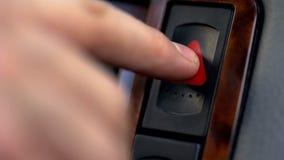 Męski ręki odciskania przeciwawaryjny guzik w samochodzie, przerwa poboczem, wypadek samochodowy fotografia royalty free