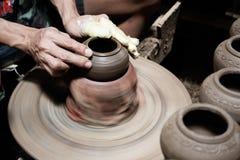 Męski ręki rzeźby garnek w garncarstwie Fotografia Stock