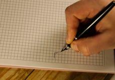 Męski ręki writing używać fontanny pióro na notatniku Zdjęcia Stock