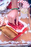 Męski ręki zrywania cukierek pudełko w lata przyjęciu Obrazy Royalty Free
