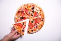 Męski ręki zrywania pizzy plasterek Zdjęcia Royalty Free