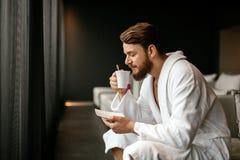 Męski relaksować podczas gdy pijący herbaty obrazy royalty free