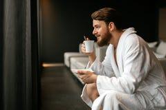 Męski relaksować podczas gdy pijący herbaty Zdjęcie Stock