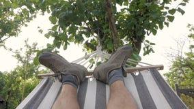 Męski relaksować w hamaku zdjęcie wideo
