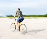 Męski rowerzysta ma przejażdżkę Zdjęcia Stock