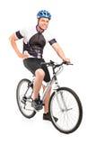 Męski rowerzysta z hełmem target849_0_ na rowerze Obraz Royalty Free