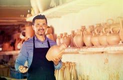 Męski rzemieślnik w ceramics warsztacie Fotografia Stock
