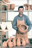 Męski rzemieślnik w ceramics warsztacie Zdjęcia Stock