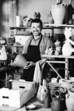 Męski rzemieślnik w ceramicznym warsztacie Zdjęcia Stock