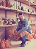 Męski rzemieślnik w ceramicznym warsztacie Fotografia Royalty Free