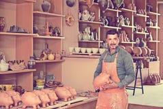 Męski rzemieślnik w ceramicznym warsztacie Zdjęcie Royalty Free
