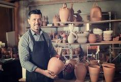 Męski rzemieślnik w ceramicznym warsztacie Obraz Stock
