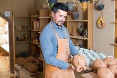 Męski rzemieślnik w ceramicznym warsztacie Fotografia Stock