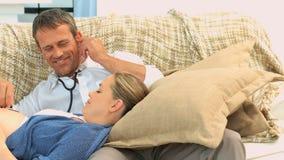 Męski słuchanie bicie serca jego przyszłościowy dziecko zbiory wideo