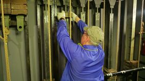 Męski scena pracownik stawia ładunek na podnośnym mechanizmu teatr zasłona zdjęcie wideo