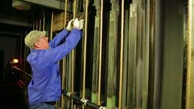 Męski scena pracownik stawia ładunek na podnośnym mechanizmu teatr zasłona zbiory wideo