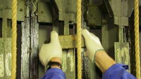 Męski scena pracownik usuwa ładunek od podnośnego mechanizmu teatr zasłona zbiory