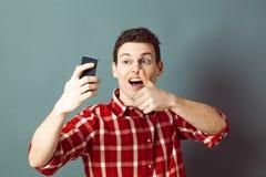 Męski selfie dla szczęśliwego młodego sportowa z kciukiem up Zdjęcie Royalty Free