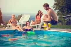 Męski skacze wewnątrz gromadzić podczas gdy dziewczyny podziwiają on Zdjęcie Royalty Free