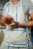Męski sklepowy asystent trzyma słój dżem Obrazy Stock