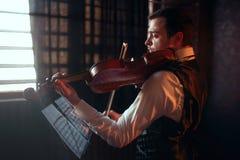 Męski skrzypacz bawić się muzykę klasyczną na skrzypce Zdjęcie Royalty Free