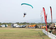 Męski skydiver przybycie wewnątrz dla lądować na trawie z otwartym jaskrawy Zdjęcie Stock