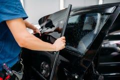 Męski specjalista stosuje samochód zabarwia film fotografia stock