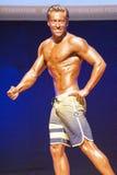 Męski sprawność fizyczna model pokazuje jego budowę ciała w swimsuit om scenie Fotografia Stock