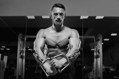 Męski sprawność fizyczna model pracujący na symulancie out Zdjęcia Stock