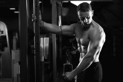 Męski sprawność fizyczna model pracujący w gym out Obrazy Stock