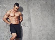 Męski sprawność fizyczna model z brzusznymi mięśniami Fotografia Royalty Free