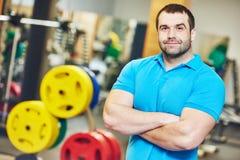 Męski sprawność fizyczna trener przy gym Fotografia Royalty Free