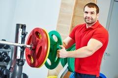Męski sprawność fizyczna trener przy gym Zdjęcie Royalty Free