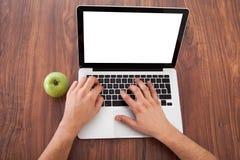 Męski student collegu używa laptop Obrazy Stock