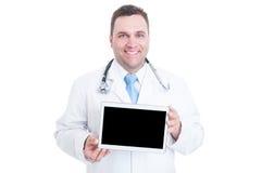 Męski student medycyny uśmiecha się pastylkę z czerń ekranem i trzyma Zdjęcia Royalty Free